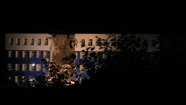СПУТНИК_Спецтехника прибыла к обрушившейся в Омске казарме. Кадры с места ЧП - Sputnik Узбекистан