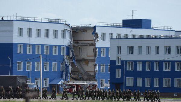 Обрушение здания учебного центра ВДВ в Омской области.1 - Sputnik Узбекистан