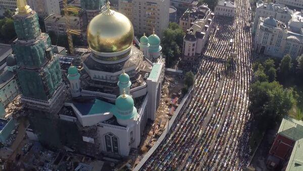 Молящиеся мусульмане заполнили улицы Москвы на празднике Ураза-байрам - Sputnik Узбекистан