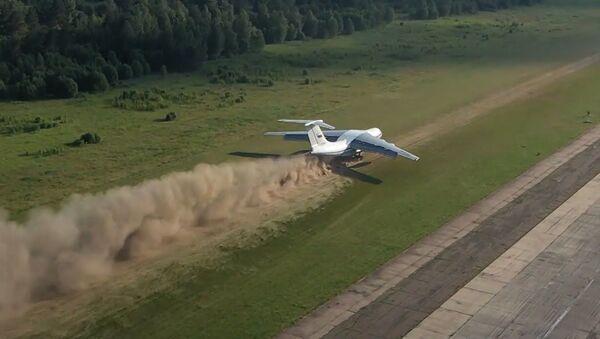 Взлет и посадка на грунт: экипажи Ил-76 показали сложнейший элемент летной подготовки - Sputnik Ўзбекистон
