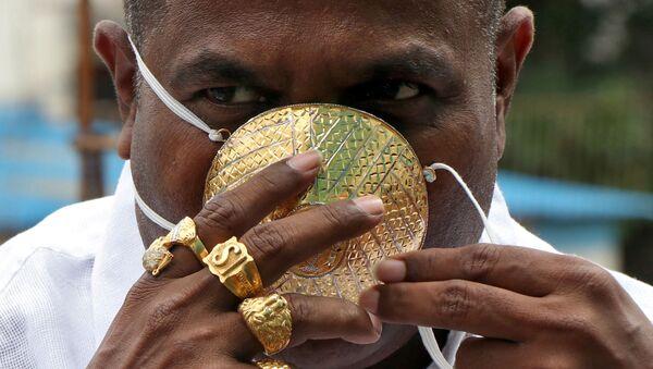Shankar Kurxeyd v zaщitnoy maske iz zolota v indiyskom gorode Puna - Sputnik Oʻzbekiston