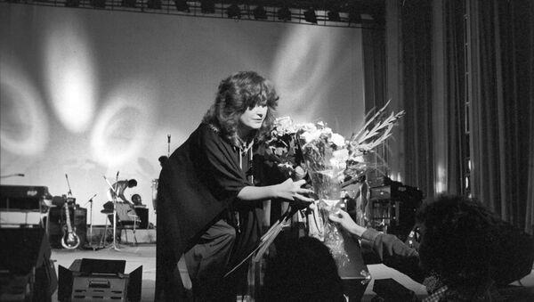 Заслуженная артистка РСФСР, певица Алла Пугачева на концерте, который прошел в Москве в рамках открытия Олимпиады-80. - Sputnik Узбекистан