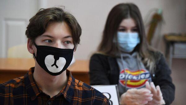 Школьники перед началом единого государственного экзамена в средней общеобразовательной школе №13 Владивостока - Sputnik Ўзбекистон