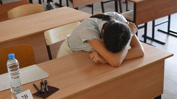 Ученица в классе перед началом единого государственного экзамена по информатике в Образовательном центре гимназии № 6 Горностай в Новосибирске - Sputnik Узбекистан