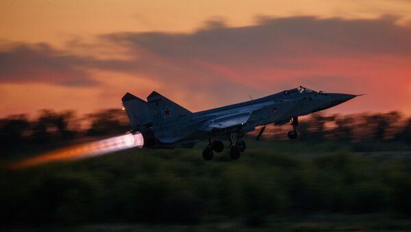 Истребитель-перехватчик МиГ-31 взлетает во время тренировочного полета в авиацентре имени В. П. Чкалова - Sputnik Ўзбекистон