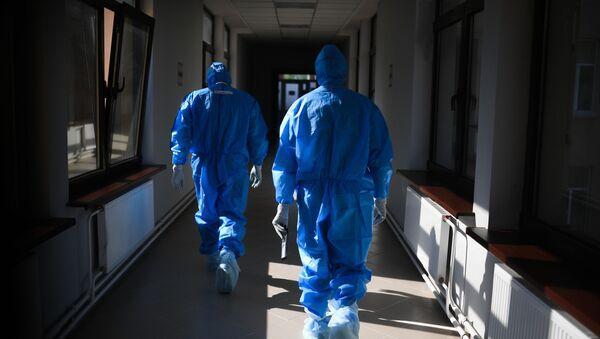 Врачи в госпитале для лечения зараженных коронавирусной инфекцией COVID-19 - Sputnik Ўзбекистон
