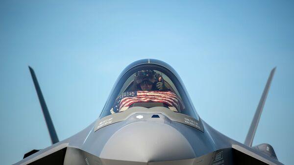 Пилот F-35 во время подготовки к взлету в Саут-Берлингтоне, США - Sputnik Ўзбекистон