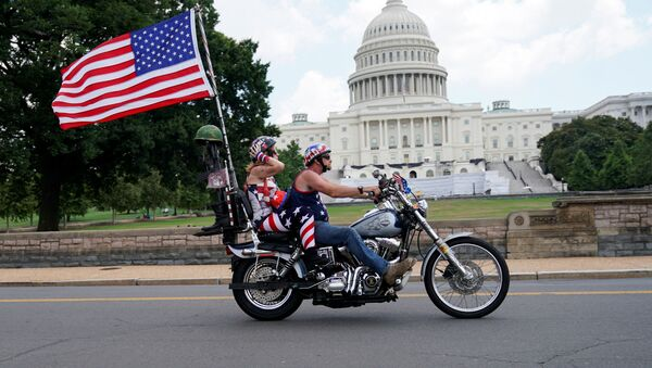 Мотоциклисты проезжают мимо здания Капитолия в США - Sputnik Узбекистан