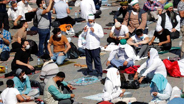 Верующие перед намазом на площади Султанахмет у собора Святой Софии в Стамбуле - Sputnik Узбекистан
