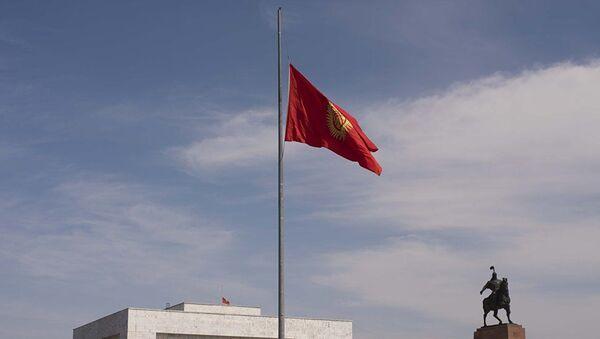 Приспущенный флаг Кыргызстана на центральной площади в Ала-Тоо. Архивное фото - Sputnik Узбекистан