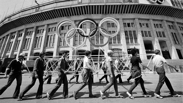 Рабочие убирают леса у Центрального стадиона имени Ленина, где пройдет открытие и закрытие летних Олимпийских игр в Москве 1980 года.  - Sputnik Узбекистан