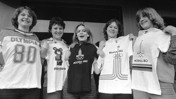 Девушки с футболками с эмблемами Олимпиады-80 - Sputnik Узбекистан