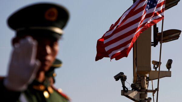 Военный жестикулирует недалеко от Запретного города в Пекине - Sputnik Узбекистан