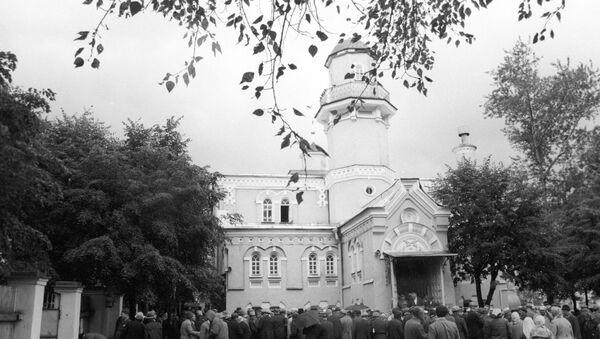 Верующие у Московской соборной мечети - Sputnik Узбекистан