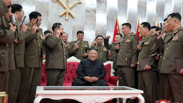 Ким Чен Ын позирует после вручения памятных пистолетов офицерам ВС КНДР - Sputnik Ўзбекистон