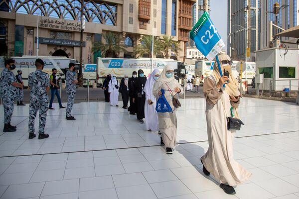Мусульманские паломники в защитных масках во время хаджа - Sputnik Узбекистан