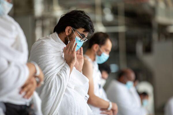 Мусульманин в защитной маске молится во время хаджа - Sputnik Узбекистан