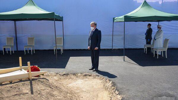 Президент РУз Шавкат Мирзиёев посетил могилу Мусы Ерниязова - Sputnik Ўзбекистон