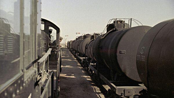 Состав с цистернами нефти с месторождений Туркменской ССР. - Sputnik Узбекистан