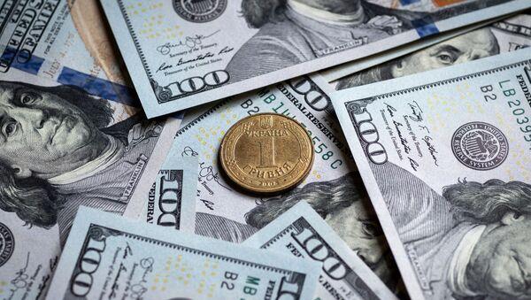 Украинская гривна и купюры американских долларов - Sputnik Узбекистан