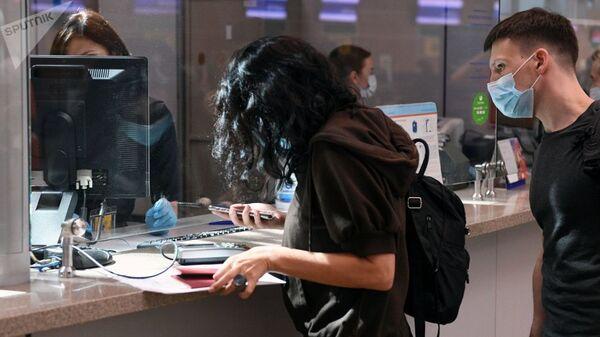 Пассажиры у стойки регистрации в аэропорту. Архивное фото - Sputnik Узбекистан