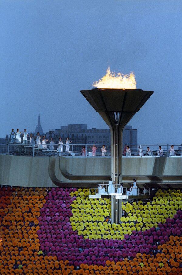 Олимпийский огонь на Центральном стадионе им. В. И.Ленина во время торжественной церемонии закрытия игр XXII Олимпиады - Sputnik Узбекистан