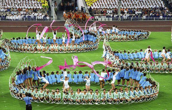 Выступление спортсменов на торжественной церемонии закрытия XXII Олимпийских игр - Sputnik Узбекистан