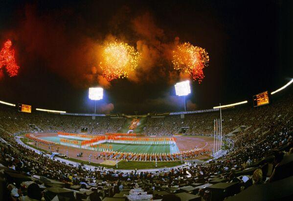 Праздничный фейерверк. Торжественное закрытие XXII летних Олимпийских игр - Sputnik Узбекистан