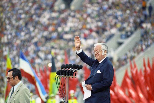 Президент Международного олимпийского комитета лорд Килани приветствует зрителей и спортсменов на торжественной церемонии закрытия игр XXII Олимпиады - Sputnik Узбекистан