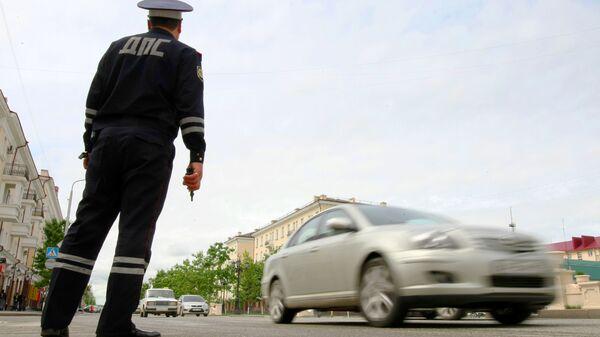 Сотрудник ДПС обеспечивает порядок на дороге в столице Чеченской республики городе Грозном. - Sputnik Узбекистан