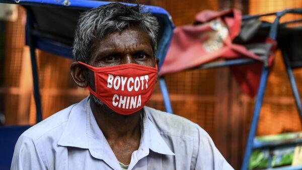 Riksha v maske s nadpisyu Boykot Kitayu v Nyu-Deli, Indiya  - Sputnik Oʻzbekiston