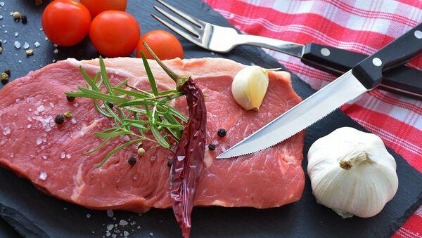 Myaso, perets, chesnok i pomidor na razdelochnoy doske. Illyustrativnoye foto - Sputnik Oʻzbekiston