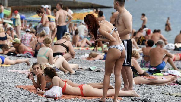 Отдыхающие на пляже в Крыму - Sputnik Ўзбекистон