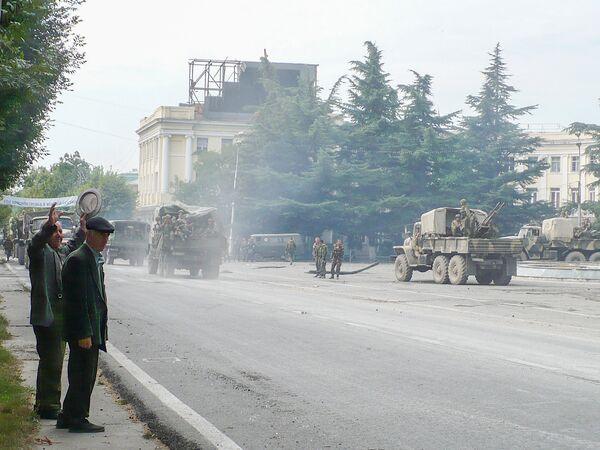 Жители Цхинвала приветствуют российских военных. - Sputnik Узбекистан