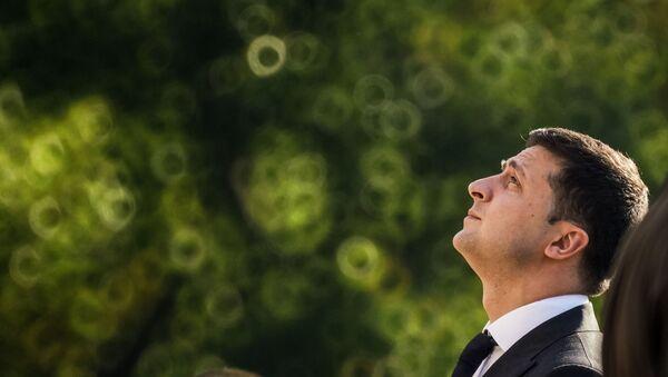 Визит президента Украины Владимира Зеленского в Латвию. Владимир Зеленский и Эгилс Левитс возложили цветы к памятнику Свободы в Риге - Sputnik Узбекистан