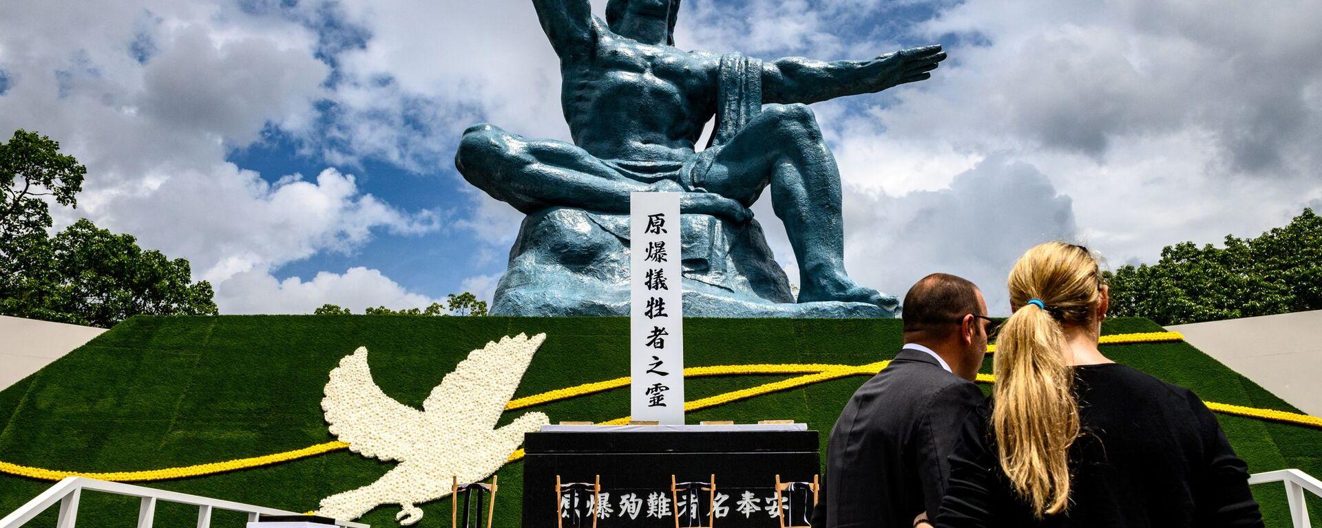 Люди в Парке мира в Нагасаки во время памятных мероприятий  - Sputnik Узбекистан, 1920, 09.08.2020