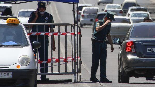Сотрудник ГАИ проверяет документы во время карантина в Ташкенте - Sputnik Узбекистан