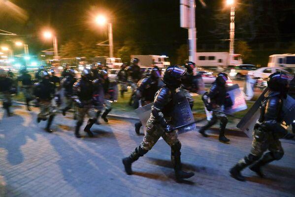Полиция во время протестов в Минске после президентских выборов - Sputnik Узбекистан