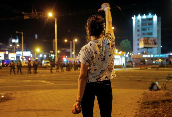 Девушка во время протестов в Минске после президентских выборов - Sputnik Узбекистан