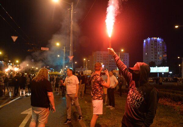 Участники акции протеста на одной из улиц в Минске (11 августа 2020). - Sputnik Узбекистан
