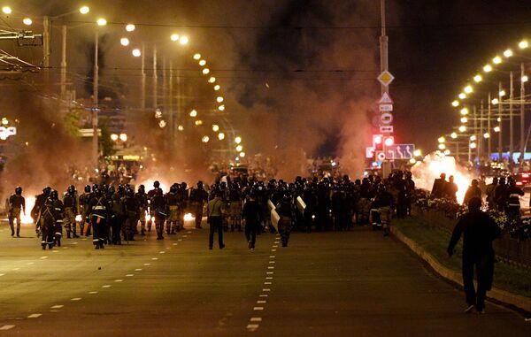 Сотрудники правоохранительных органов во время акции протеста в Минске - Sputnik Узбекистан