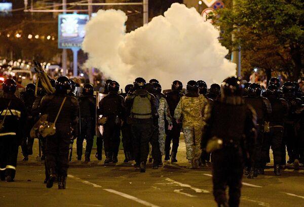 Сотрудники правоохранительных органов во время акции протеста в Минске (11 августа 2020). - Sputnik Узбекистан