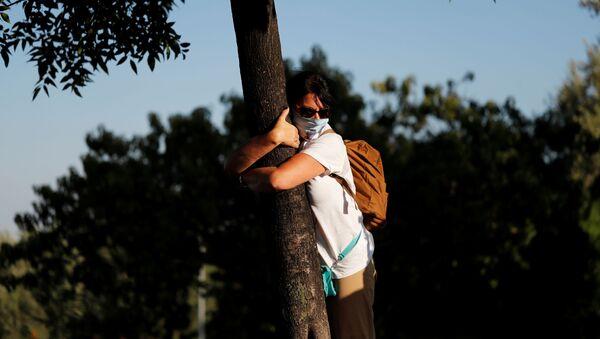 Женщина обнимает дерево - Sputnik Ўзбекистон