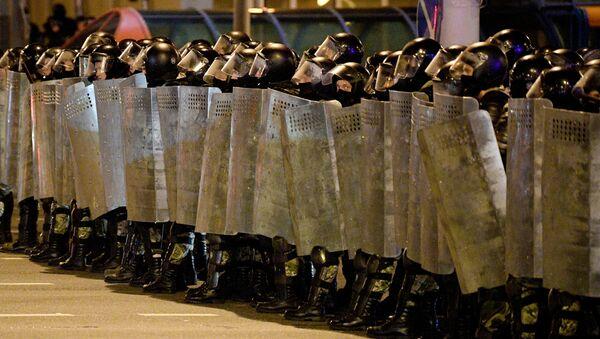 Бойцы ОМОНа на акции протеста сторонников оппозиции в Минске - Sputnik Ўзбекистон