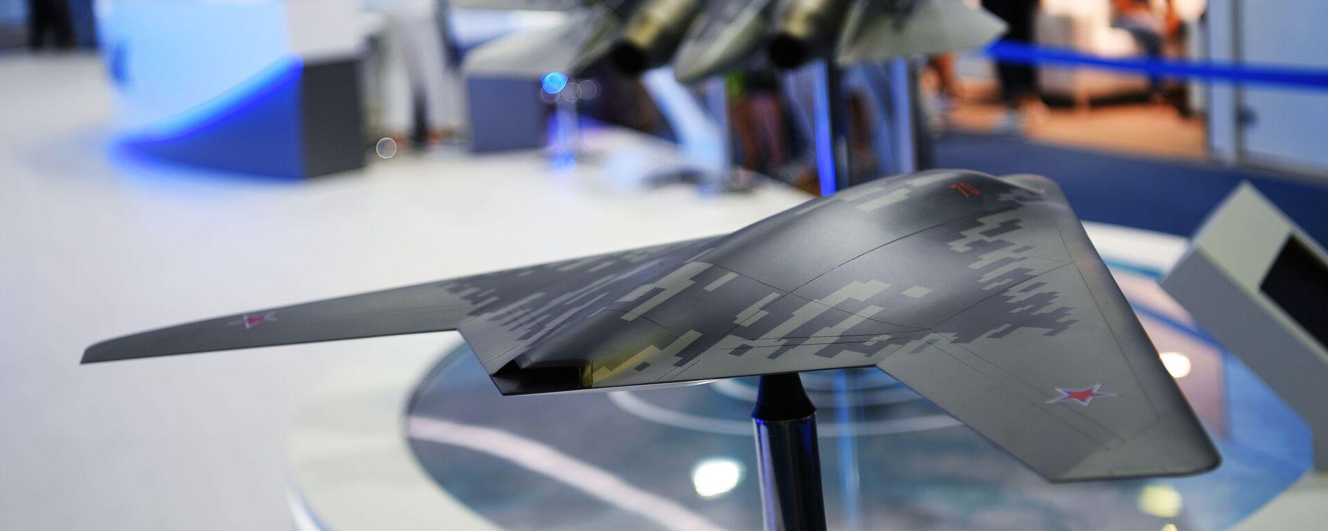 Макеты беспилотного летательного аппарата С-70 Охотник (на первом плане) и многофункционального истребителя Су-57 - Sputnik Узбекистан, 1920, 14.02.2021