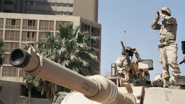 Amerikanskiye soldatы nablyudayut za poryadkom na ulitse Bagdada - Sputnik Oʻzbekiston