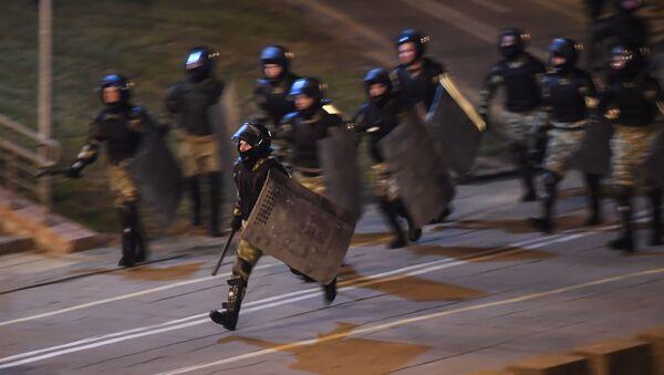 Сотрудники правоохранительных органов во время акции протеста в Минске - Sputnik Ўзбекистон
