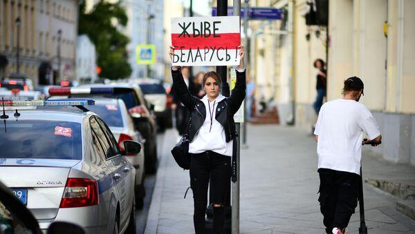 Девушка с плакатом Живе Беларусь! у посольства Белоруссии в Москве - Sputnik Узбекистан