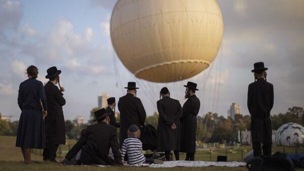 Ultraortodoksalnыe yevrei v zaщitnыx maskax v parke v Tel-Aviva, Izrail - Sputnik Oʻzbekiston