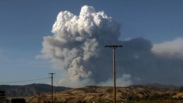 Дым от лесных пожаров, вызванных аномальной жарой, над Лос-Анджелесом, Калифорния, США - Sputnik Ўзбекистон